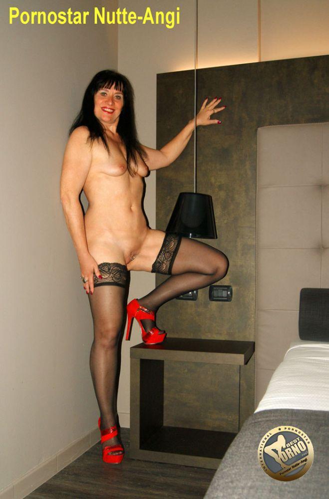Angi-zeigt-stehend-ihr-Fotz